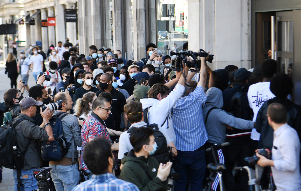 Покупатели штурмуют флагманский магазин Nike в Лондоне